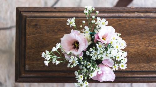 Un bouquet de fleurs sur un cercueil