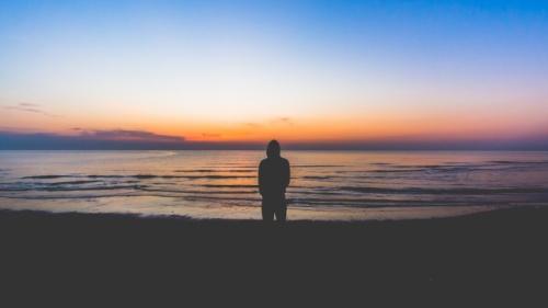 La silhouette d'un homme au bord de la mer