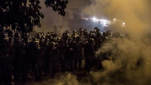 Une foule de miliciens dans une nuit brumeuse