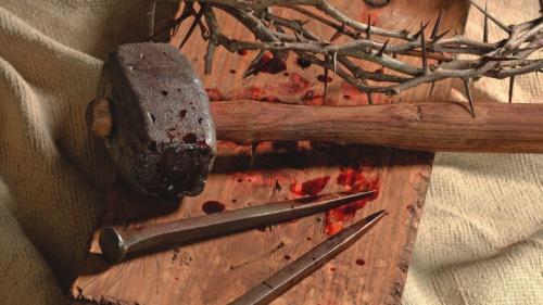 Un marteau, des clous et du sang