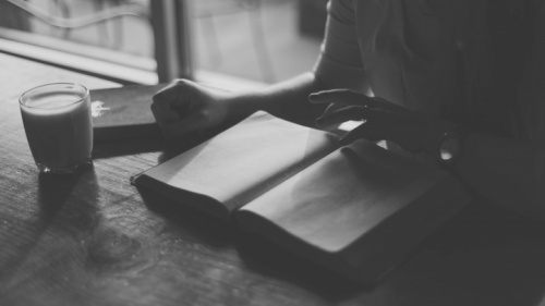 Une personne lisant la Bible