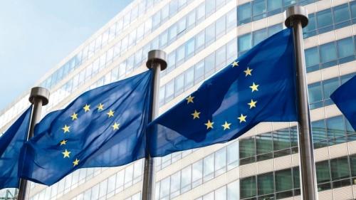 Drapeaux de l'UE flottant devant le siège de la Commission européenne à Bruxelles
