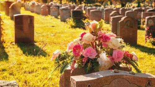 Un tombeau avec un bouquet de fleurs