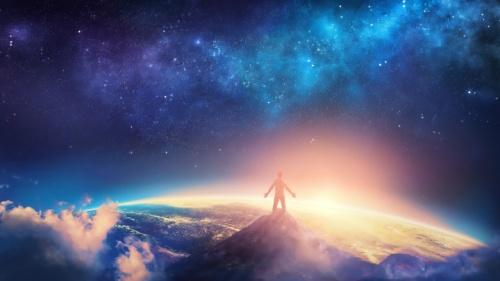 Un homme sur une montagne qui regarde les étoiles