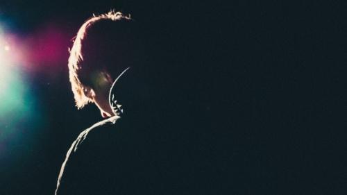Un homme dans l'obscurité