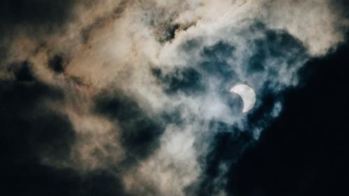 La lune et des nuages dans un ciel nocturne
