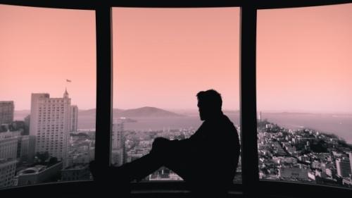 Un homme qui regarde par le fenêtre