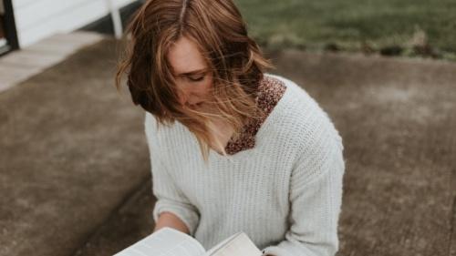 Une jeune femme qui lit une Bible