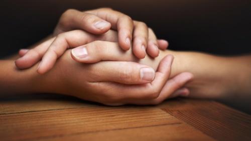 Des mains se tiennent