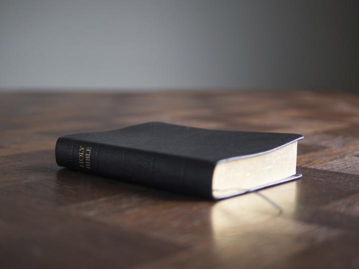 Une Bible posée sur une table.