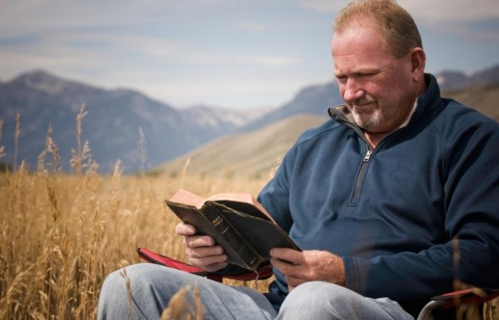 Un homme qui lit une Bible.