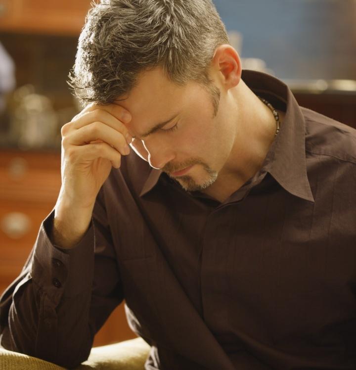 Un homme priant plus de sa bible