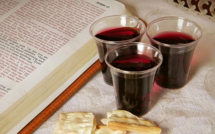 Du pain sans levain et du vin près d'une Bible ouverte