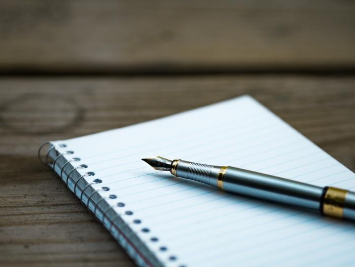 Un cahier et un stylo