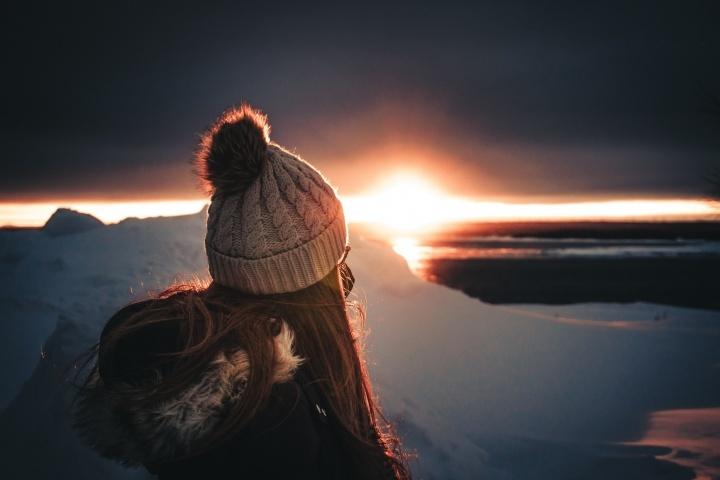 Une fille qui regarde un coucher de soleil