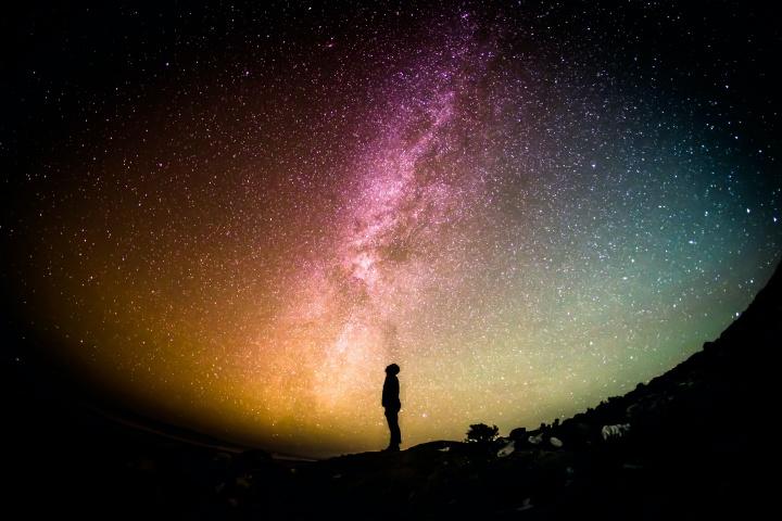 La silhouette d'une personne qui regarde les étoiles