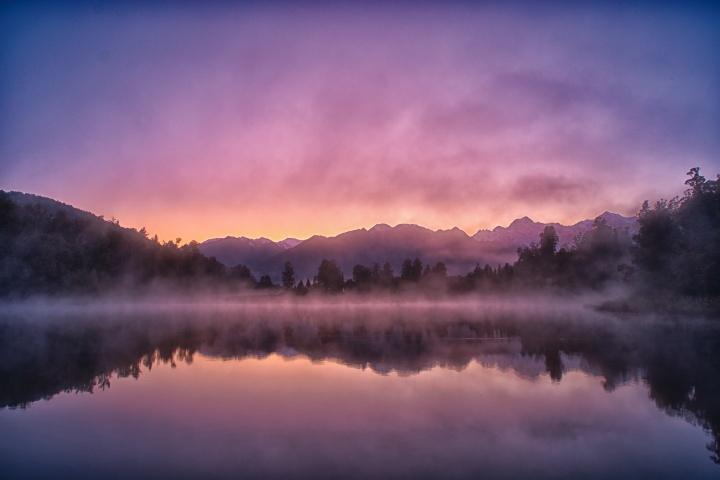 Un beau coucher de soleil au-dessus d'un lac