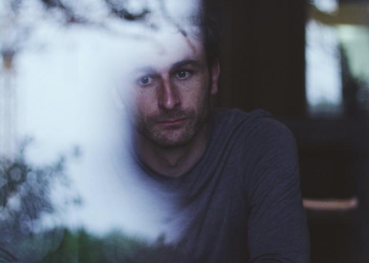 Un homme qui regarde par la fenêtre
