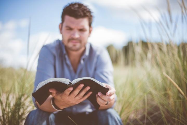 Un homme lisant sa Bible