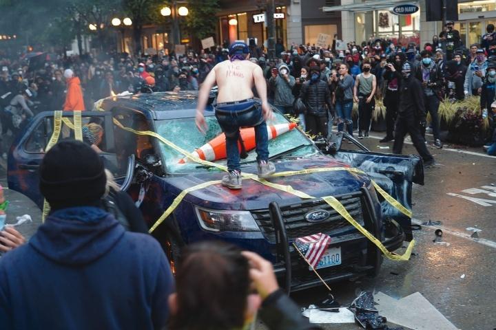 Des émeutiers détruisent un véhicule de police à Seattle
