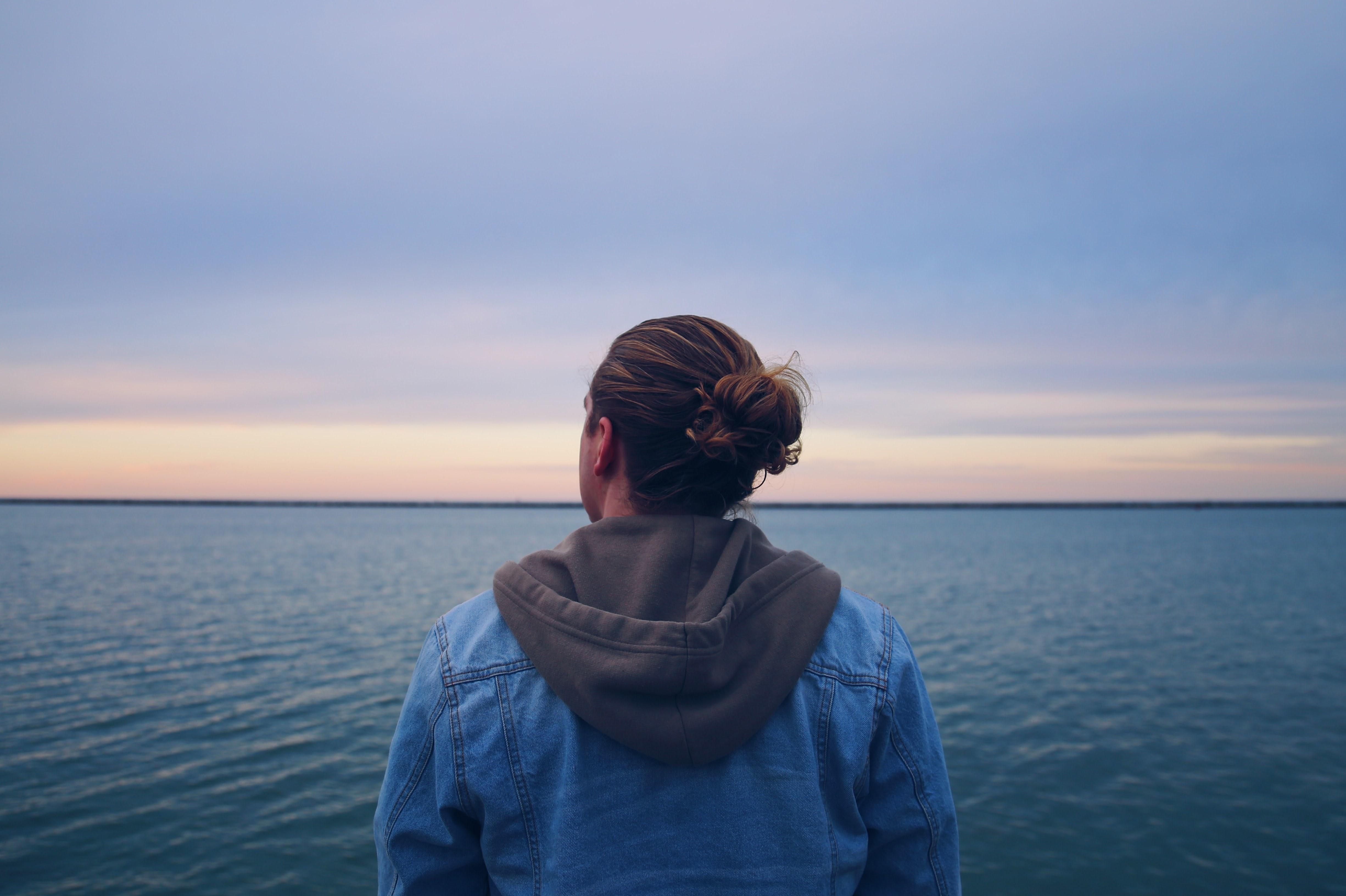 Une personne regarde l'océan